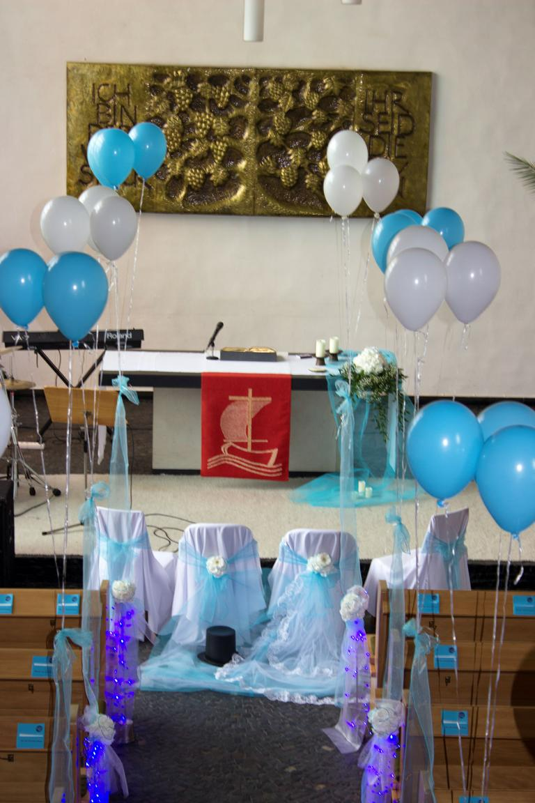 blaue kirchendekoration mit luftballons vanda deko und floristik. Black Bedroom Furniture Sets. Home Design Ideas