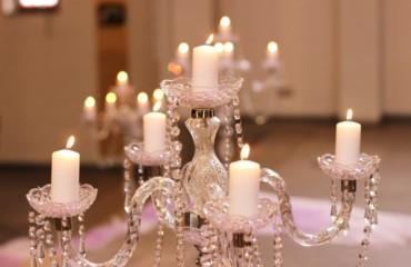 Lila Deko für Kirchenbänke und Altar