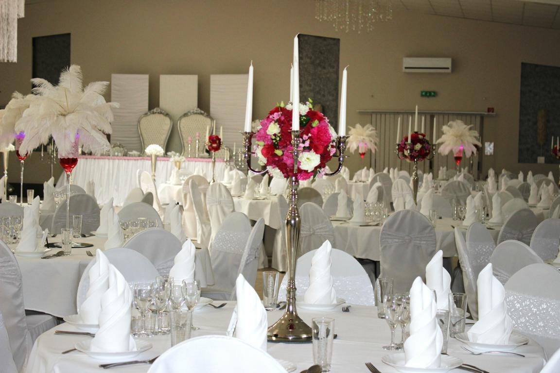 Tolle Blumen und Deko in Fuchsia Farbe im Schlegel Saal