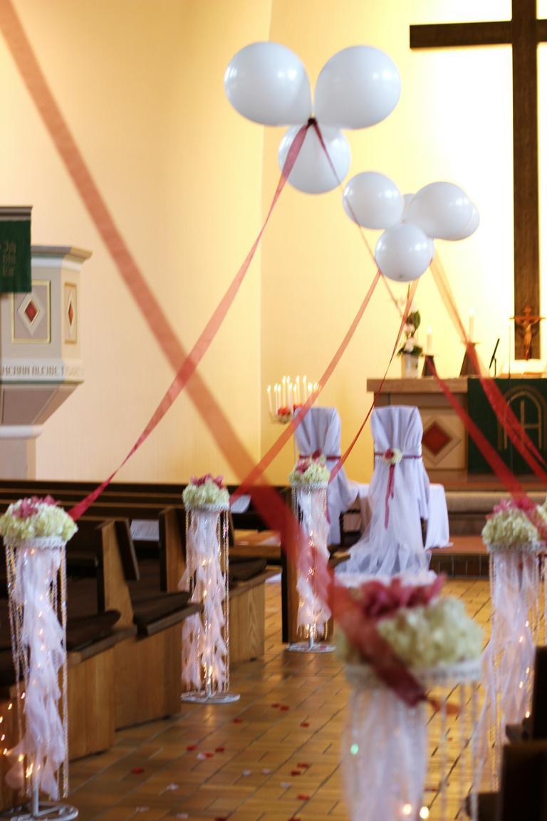 Kirchliche Trauung mit bordo Orchidee Cymbidie